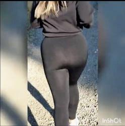【ヨガパンツ】Tバックの上にすけすけのレギンスを履いて走るの趣味らしいです『ラティーナは公共の場で透けたレギンスで走ります』【Lucy salvi】の画像