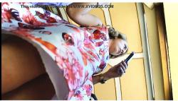 【パンチラ】ピンク色のパンティのお姉さんを前からローアングルで逆さ撮り『成熟した大きなお尻のための正面のスカート』【Koaladezempoala】の画像