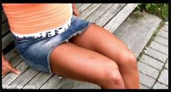 【パンチラ】マッスルお姉さんがベンチでパンチラしています『もっとも筋肉が多いジュリーBさんの巨大な罠』【femflex5】の画像