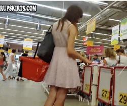 【パンチラ】カメラ小僧がミニスカートのお姉さんを逆さ撮りしています『パンティーを選ぶ少女』【Hunter Upskirts】の画像