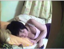 【個人撮影】これは危ない家庭内盗撮!女子高生の妹がオナニーしていました!の画像