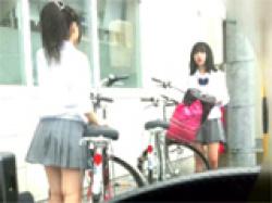 最高過ぎる制服JK逆さ撮りパンチラ!スカートの中身を覗き見!の画像