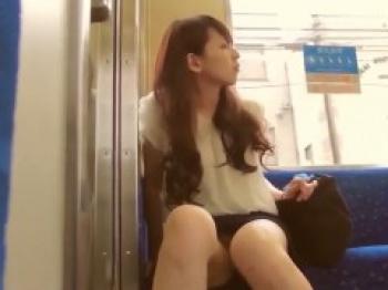 【電車盗撮】逆さ撮り 電車で見かけた美人OLのパンチラを盗撮!の画像