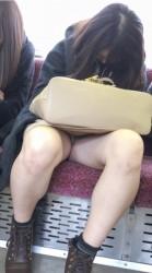 【激パンチラ】車通勤のワイには見れない電車通勤パンチラがコレダwwwwの画像
