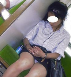【超パンチラ】いや~通勤電車ってパンツ見放題なんでたまらんっす~wwwwwの画像