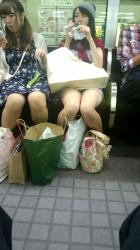 電車に乗ったら目の前にパンチラ思いっきりかましてくれてるオナゴが居る、うれしぃwの画像