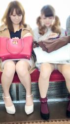 電車内通勤パンチラがワイのお楽しみタイムwwwの画像