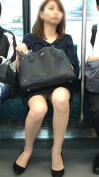 【パンチラ電車】ワイが電車通勤しようと真剣に考えてるのが正面パンチラが拝めるからwwの画像