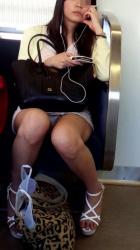 さて電車でのパンチラ撮影会の始まりはじまり~wwの画像