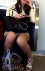 【電車でパンチラ】座った向かいがスカートでパンツが見えたときの感動wwの画像