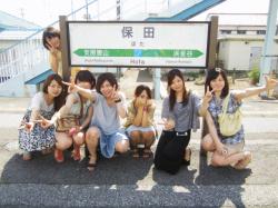 【素人パンチラ】ハイ集合写真でパンチラしている女子みっけ!の画像