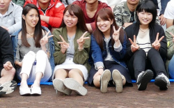 集合写真でパンチラ女子を見つけた時の興奮wwwの画像