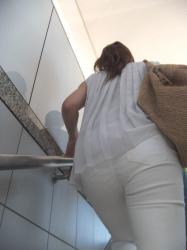 階段昇ってると目の前にお尻がありパンツが思い切りスケスケでぷりっぷりしてたの画像