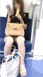 通勤中の電車内での成果がパンチラと胸チラとwの画像