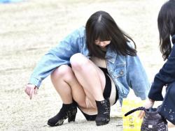 【パンツ見えた!】公園でくつろぎながらパンチラしてる女子が萌えシコwの画像