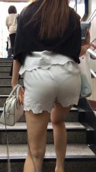 階段で目の前でお尻がプリップリッとえろく動いてパンツ透けててもう絶頂寸前wの画像