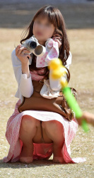 【パンツ見えてるよ】可愛いママさんカメラに夢中でおパンツが丸見えで騒然wwwwwの画像