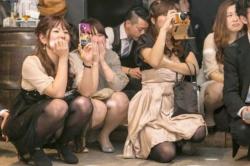 まさかのパーティードレスでパンチラしている女子が激烈たまらんwの画像