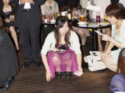 パーティードレスで着飾ってたら素晴らしいパンチラをしていたパーティーガールの画像