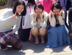 【集合写真パンチラの撮り方】さぁ~みんな~集合写真撮るよ~。あ、女子は前に座ってね~(ニヤリ)の画像