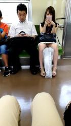 【対面パンチラ】向かいの席のマンさんがパンツちらちらさせているんでチョット撮ってみたの画像