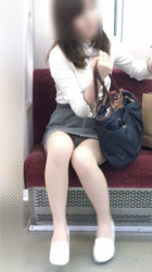 【電車パンチラ】対面パンチラの宝庫が電車の中であるの画像