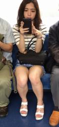 電車の向かいがスマホに夢中でパンチラしまくってるんだがwwの画像