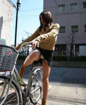 【自転車パンチラ】自転車でパンツ見せるありがたさの画像