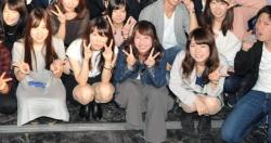 前列に女子を座らせるのが鉄則!ズームあります!集合写真のパンチラがシコwの画像