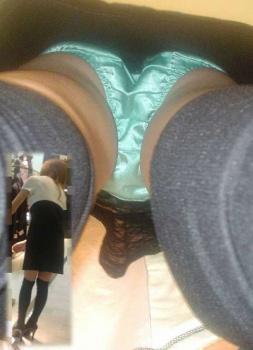 【至高のパンチラ】スカートの中の神秘的な光景をお見せしようの画像