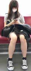 電車の中でパンチラしょ~た~いむが始まったぞの画像