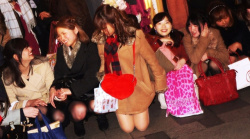 ズームあります!集合写真のパンチラしている女子がもぅ~シコqの画像