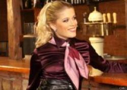 ワインレッドなサテンブラウスのセレビッチ女ナンパしてバーテン内で着衣SEX!の画像