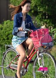 【自転車パンチラ】躍動感のある太もも・パンチラがエロ過ぎる(61枚)の画像