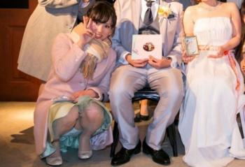 【パンチラ画像】結婚式とかパーティードレスで浮かれてパンチラしてる素人多過ぎ(33枚)の画像