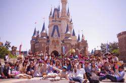 【集合写真パンチラ】スカート女子がいたら最前列に座らせてパンチラ撮影するのが基本だろの画像