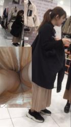 【逆さ撮り】ロングスカートを超低空から撮影した逆さ撮りパンチラ画像(23枚)の画像