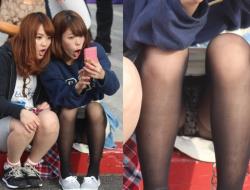 周囲にパンツ見られてる事にも気づいていない素人女子達の座りパンチラ画像の画像