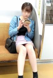 【電車内パンチラ】無音カメラを駆使して撮影したパンチラ・太もも画像(29枚)の画像