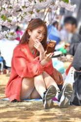 まだまだ寒いけど暖かくなったら拝みに行きたいスカート女子が見せる公園パンチラ画像の画像