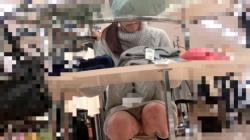 【ショップ店員パンチラ】お仕事中の無防備なしゃがみパンチラを狙って隠し撮りの画像