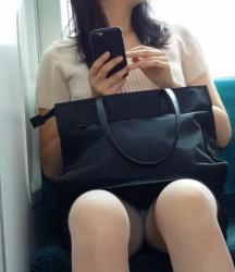 【OLパンチラ】タイトスカートが卑猥なOLさん達のパンチラ・太ももを電車内で激写(30枚)の画像