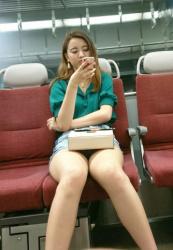 電車座席→太もも剥き出しで脚を組んでるエロいお姉さんをスマホで盗撮してる画像まとめ47枚!の画像