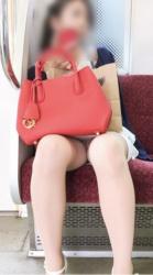 通勤中に電車内で女性の股間を狙って撮影しまくったパンチラ・太もも画像(22枚)の画像