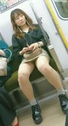 電車内で太ももの付け根を狙って撮影されたパンチラ・太もも画像(20枚)の画像