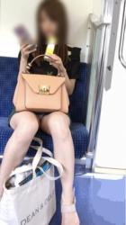 無音カメラを使って撮影されたであろう電車内でのパンチラ・太もも画像の画像