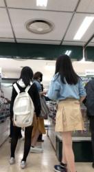 【逆さ撮り】光沢のあるパンツを履いてるミニスカさんを買物中に逆さ撮りしたパンチラ画像の画像