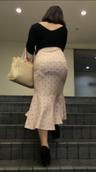 どんなパンツ履いてるか分かる透けパンチラにパン線がエロい画像の画像