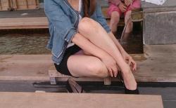 足湯パンチラしてるミニスカ素人娘のエロ画像30枚の画像