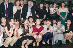 慣れないパーティードレスでお股ゆるゆるでパンチラしちゃってる素人達の画像